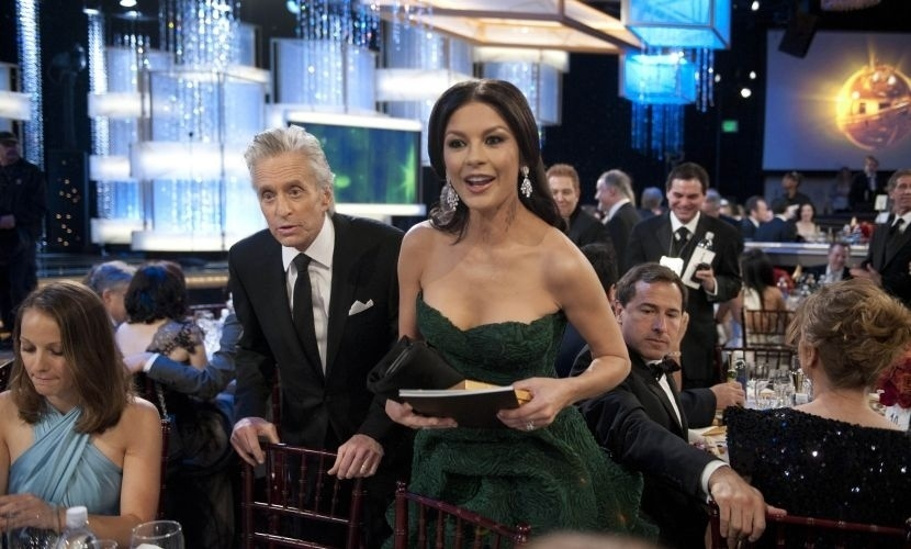 6.jan.2011 - Michael Douglas e Catherine Zeta-Jones nos intervalos do Globo de Ouro, em Beverly Hills, nos EUA