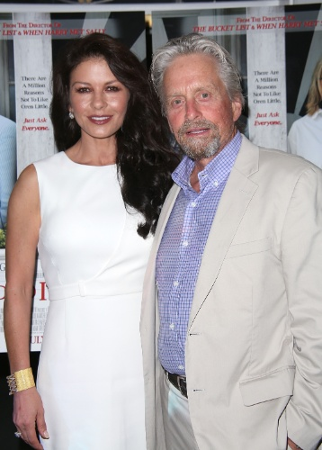 """6.jul.2014 - Catherine Zeta-Jones e o marido Michael Douglas na estreia do filme """"Um Amor de Vizinha"""". O Casal deu um tempo em 2013, mas reatou logo depois"""