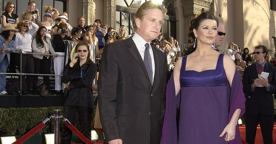 9.mar.2003 - Michael Douglas e Catherine Zeta-Jones posam para foto na nona edição do Annual Screen Actors Guild Awards em Los Angeles