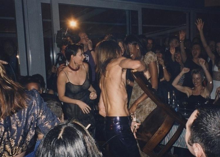 """A atriz Demi Moore e o cantor Iggy Pop aparecem se divertindo em uma festa. As imagens fazem parte do documentário """"The Last Impresario"""", do produtor de teatro Michael White. O material chega aos cinemas da Inglaterra no dia 26 de setembro e retrata a trajetória profissional do produtor na década de 70"""