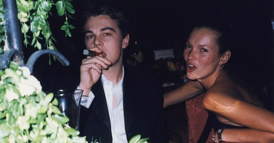 O ator Leonardo DiCaprio aparece fumando um charuto ao lado da modelo Kate Moss