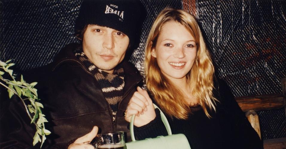 O ator ohnny Depp e a modelo Kate Moss tomando um drink