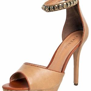 f7255a9a79 De R  80 a 8 mil  veja sandálias com pedrarias que são verdadeiras joias