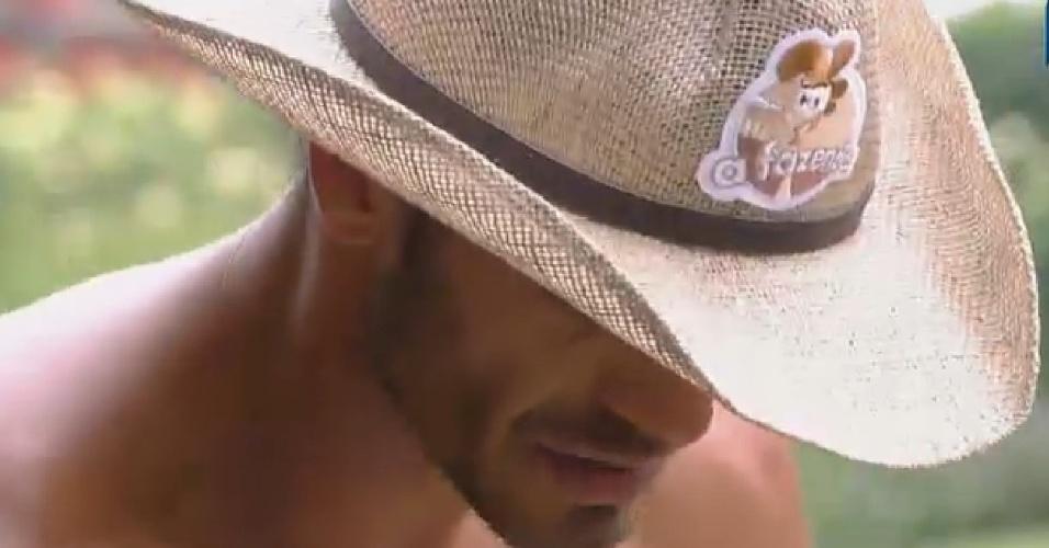 24.set.2014 - Diego Cristo com o chapéu de fazendeiro