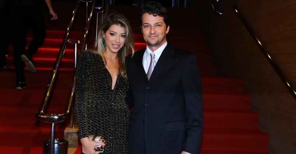 24.set.2014 - O ator Marcelo Serrado e sua mulher, Roberta Fernandes, vão à abertura do Festival do Rio 2014. A cerimônia exibe o documentário