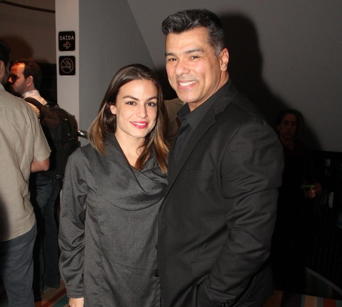 24.set.2014 - O ator Maurício Mattar e sua namorada, Bianca Andrada, posam para fotos na abertura do Festival do Rio 2014. O evento vai até o dia 8 de outubro, com mais de 300 filmes na programação