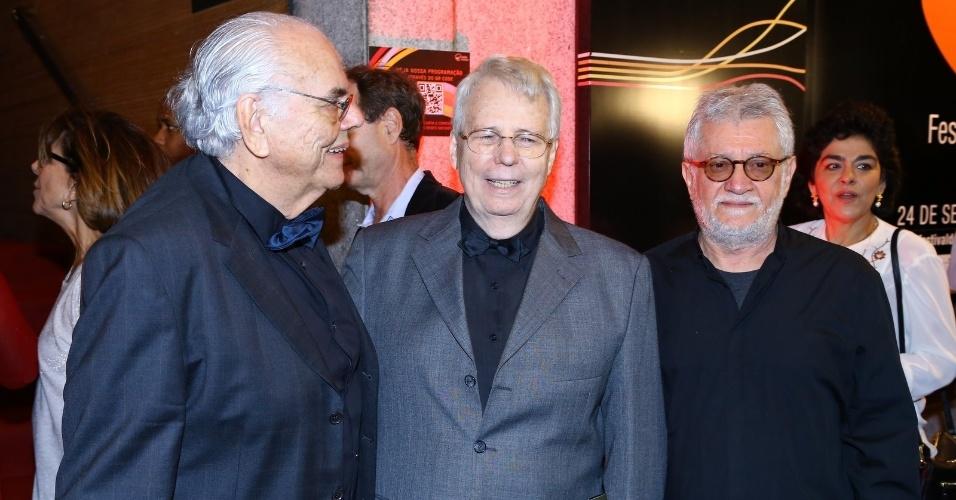 24.set.2014 - Os cineastas Roberto Farias (centro) e Walter Carvalho (dir.) vão à abertura do Festival do Rio 2014. A cerimônia exibe o documentário