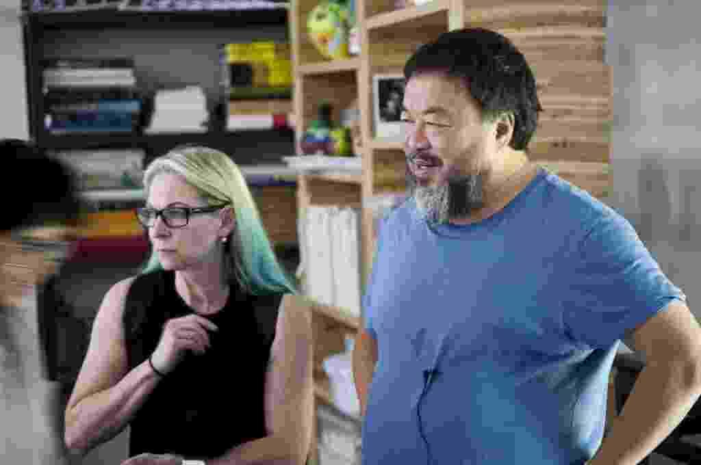 24.set.2014 - Ai Wei Wei com a diretora executiva da fundação FOR-SITE, Cheryl Haines, responsável pela exposição - Jan Stuermann/EFE