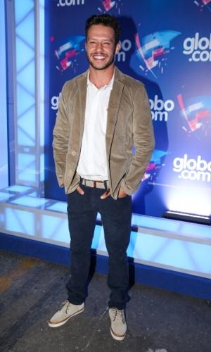 24.set.2014 - O ator Nando Rodrigues sorri para os paparazzi na festa das Organizações Globo, em um estúdio da filial paulista da emissora, no Brooklin Novo, na zona sul de São Paulo, nesta quarta-feira