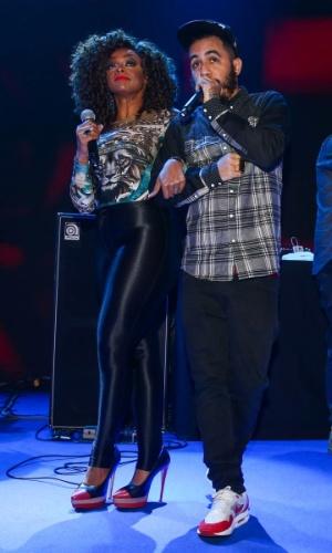 24.set.2014 - Paula Lima e Marcelo D2 fazem um dueto no palco da festa das Organizações Globo, em um estúdio da filial paulista da emissora, no Brooklin Novo, na zona sul de São Paulo, nesta quarta-feira
