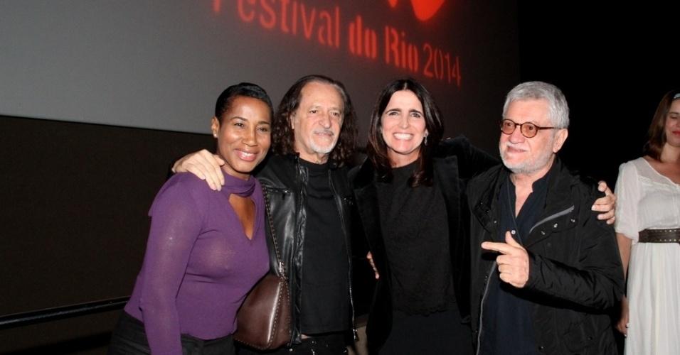 25.set.2014 - A cantora Daúde, Alceu Valença, a atriz Malu Mader e o cineasta Walter Carvalho posam para fotos na exibição do filme