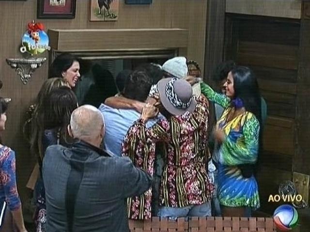 25.set.2014 - Após prisão, Roy Rosselló é recebido com festa pelos participantes de