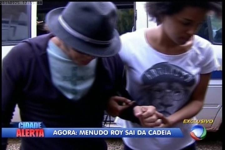 """25.set.2014 - Após ser solto pela polícia, Roy é levado para """"A Fazenda 7"""""""