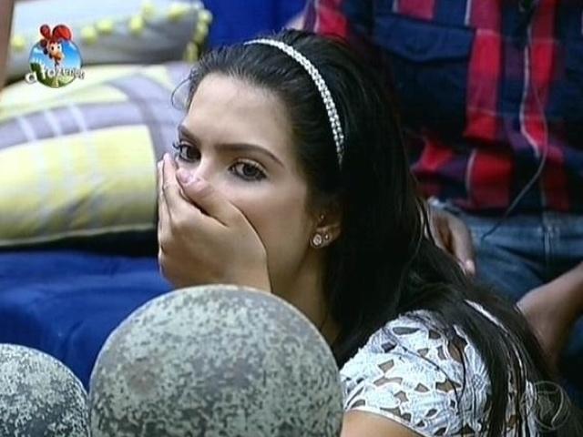 "25.set.2014 - Débora Lyra mostra surpresa ao receber a notícia da saída de Roy de ""A Fazenda 7"""