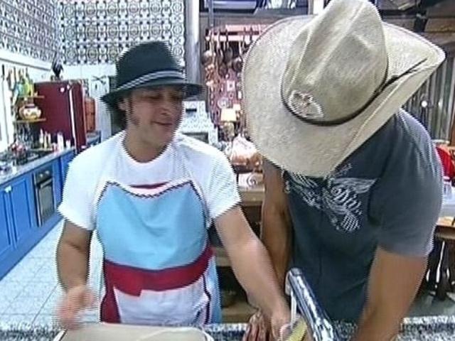 """25.set.2014 - Em """"A Fazenda 7"""", Roy conta para Diego Cristo que precisou assinar documento sobre processo judicial de pensão alimentícia"""