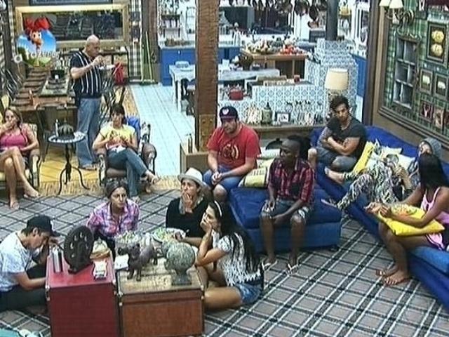 "25.set.2014 - Participantes de ""A Fazenda 7""especulam o motivo da saída de Roy Rosselló"