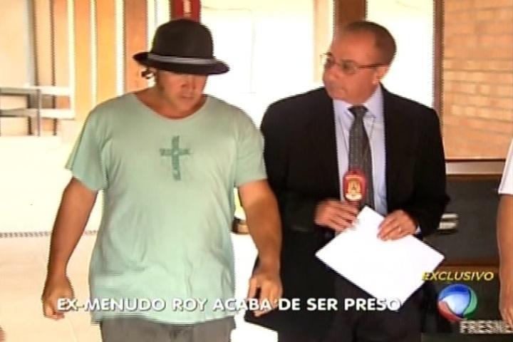 """Roy Rosselló deixa """"A Fazenda 7"""" acompanhado de delegado para prestar depoimento em delegacia de Itu (SP) por não pagamento de pensão à ex-mulher"""