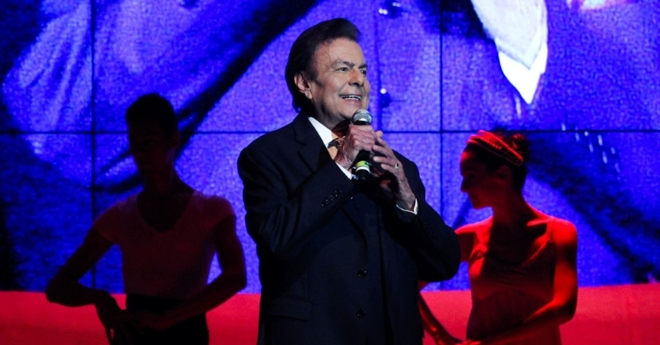 24.set.2014 - Agnaldo Rayol canta no aniversário de 45 anos da TV Cultura, nesta quarta-feira, no Teatro Bradesco, dentro de um shopping na zona oeste de São Paulo