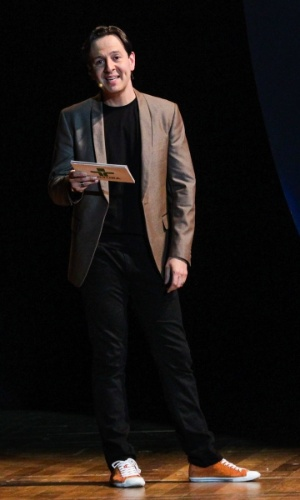 """24.set.2014 - Apresentador do """"Hoje em Dia"""", Celso Zucatelli comanda o aniversário de 45 anos da TV Cultura, nesta quarta-feira, no Teatro Bradesco, dentro de um shopping na zona oeste de São Paulo"""