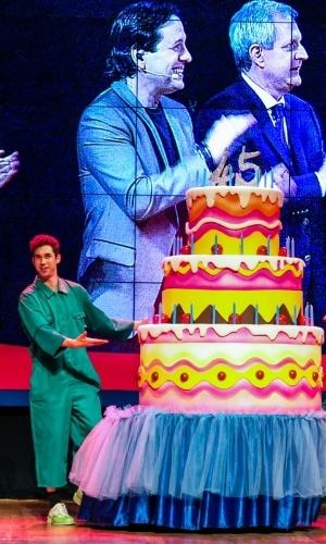 24.set.2014 - Atores trazem ao palco bolo gigante para comemorar o aniversário de 45 anos da TV Cultura, nesta quarta-feira, no Teatro Bradesco, dentro de um shopping na zona oeste de São Paulo