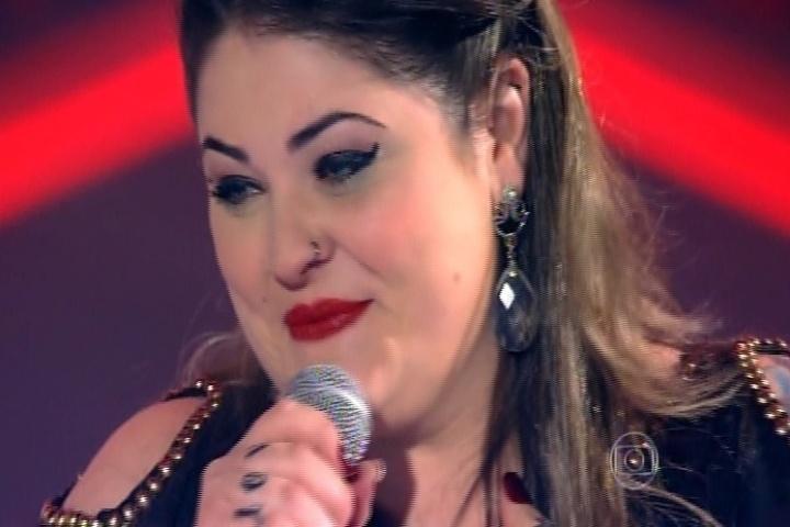 25.set.2014 - A candidata Twyla, de Taubaté/SP, solta a voz no palco do