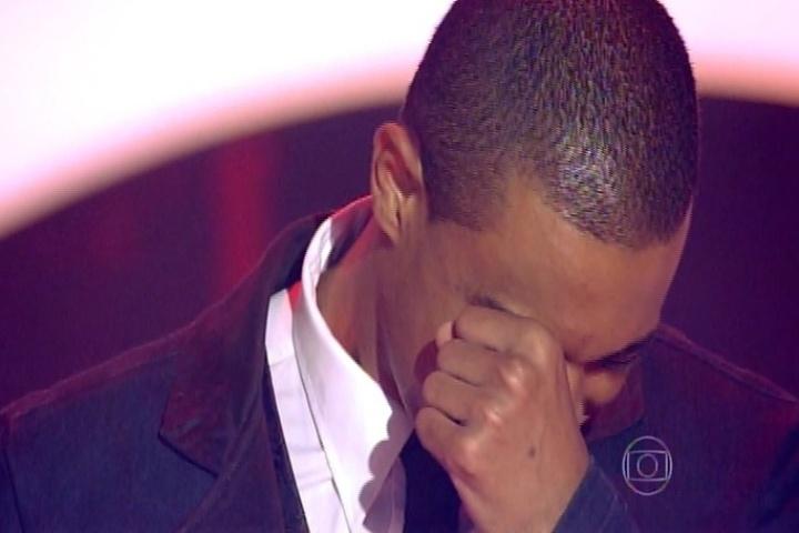 25.set.2014 - Romero Ribeiro fica emocionado ao ser escolhido por Carlinhos Brown e conquista uma vaga no