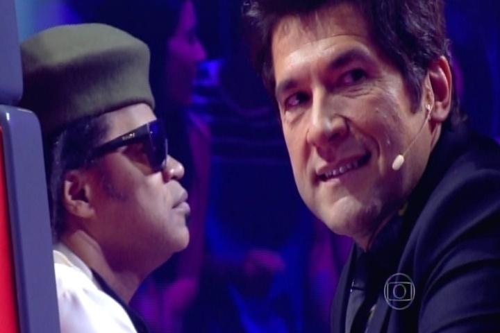 25.set.2014 - Daniel gosta da voz de Romero Ribeiro, mas não vira sua cadeira. O carioca interpreta um samba do grupo Revelação,