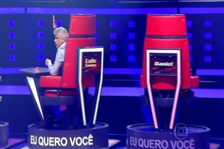25.set.2014 - Lulu Santos aperta o botão e vira sua cadeira para Mariana Mira que canta