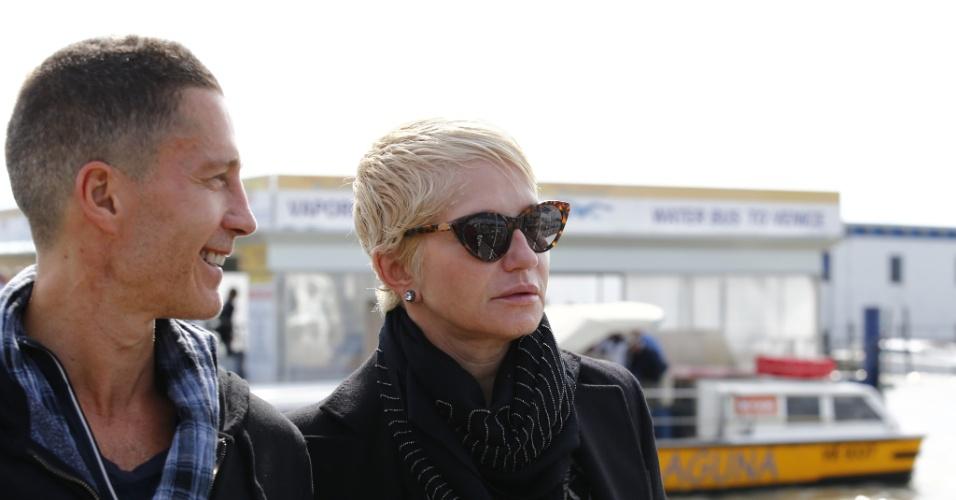 26.set.2014 - A atriz Ellen Barkin e o ator Gabriel Byrne chegam em Veneza, na Itália, onde comparecerão ao casamento de George Clooney e Amal Alamuddin, que acontece neste sábado