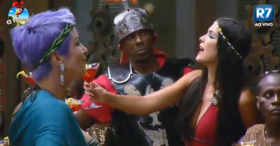 26.set.2014 - Bruna Tang, Roboson Caetano e Débora Lyra fazem brinde durante festa Romana