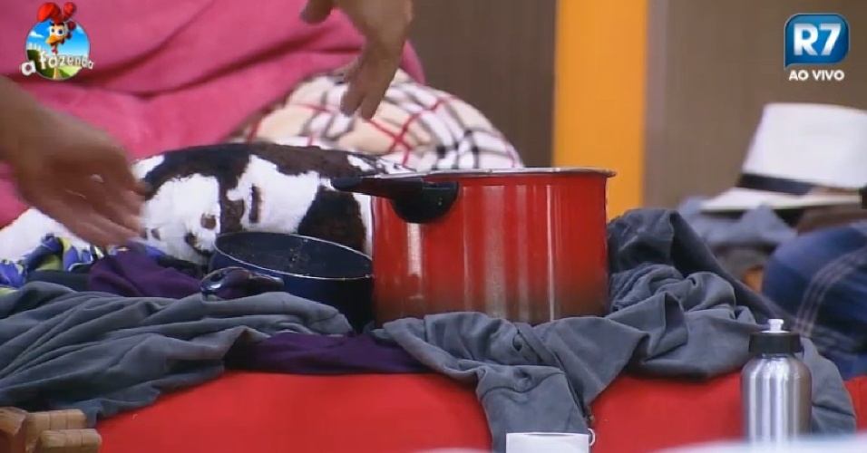 26.set.2014 - Diego Cristo coloca panelas sujas na cama de Heloísa Faissol