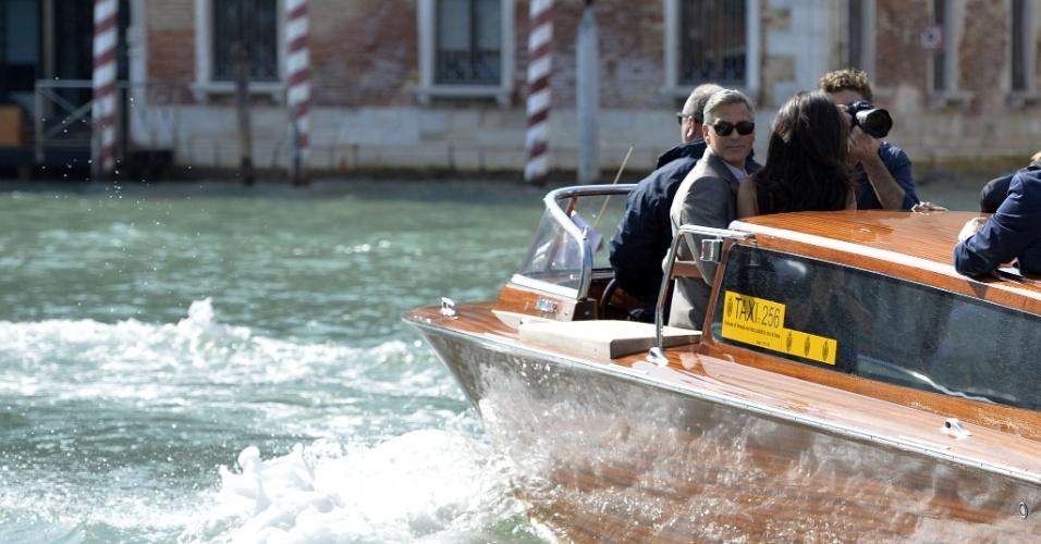 26.set.2014 - George Clooney e Amal Alamuddin chegam em Veneza, na Itália onde se casarão no sábado (27)