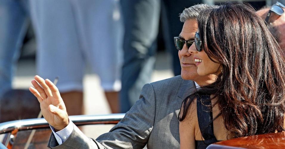 26.set.2014 - George Clooney e Amal Alamuddin chegam em Veneza, na Itália, para seu casamento. Os dois se casarão neste sábado
