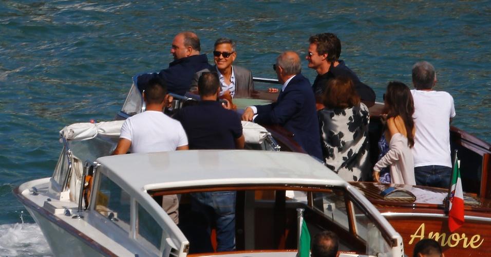 """26.set.2014 - George Clooney sorri ao chegar em Veneza, na Itália, em um barco chamado """"amor"""". Ele se casa neste sábado com a advogada Amal Alamuddin, na cidade"""