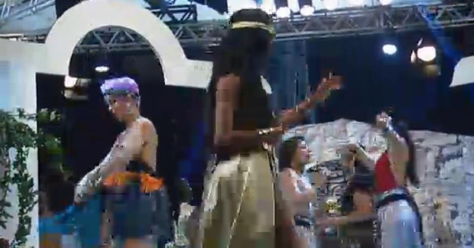 26.set.2014 - Lorena Bueri dançando, durante festa Romana de