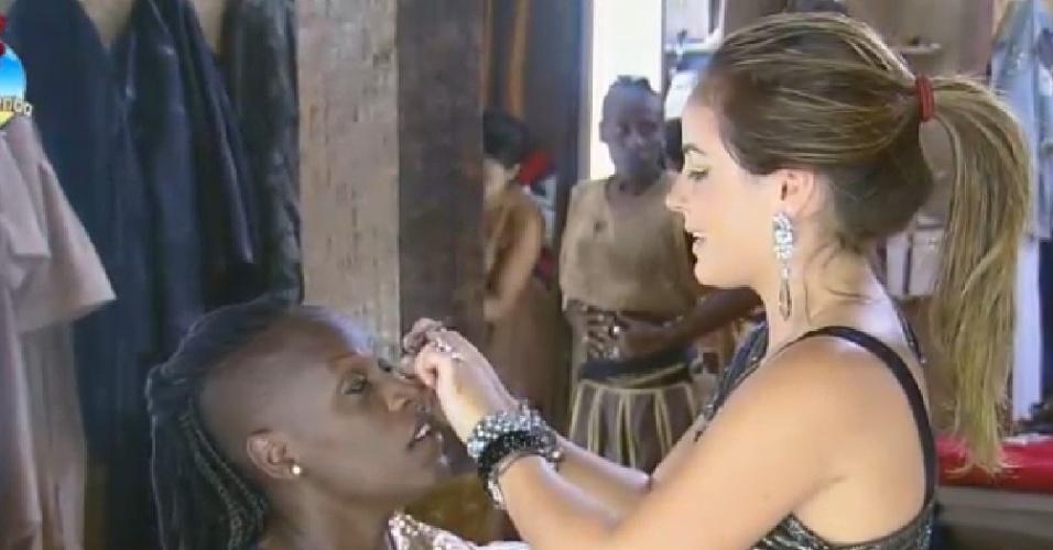 26.set.2014 - MC Bruninha passa maquiagem em Neném antes da festa romana de