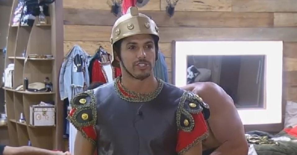26.set.2014 - Vestido como soldado romano, Marlos Cruz recebe ajuda de Diego Cristo ao se arrumar para festa de
