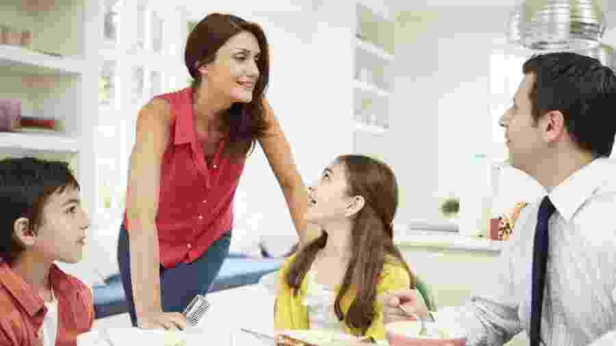 família, conversando, pais, crianças - Getty Images