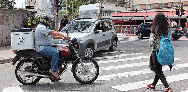 Estar atento ajuda a evitar atropelamentos que podem ferir pedestres e motociclistas - Arthur Caldeira/Infomoto