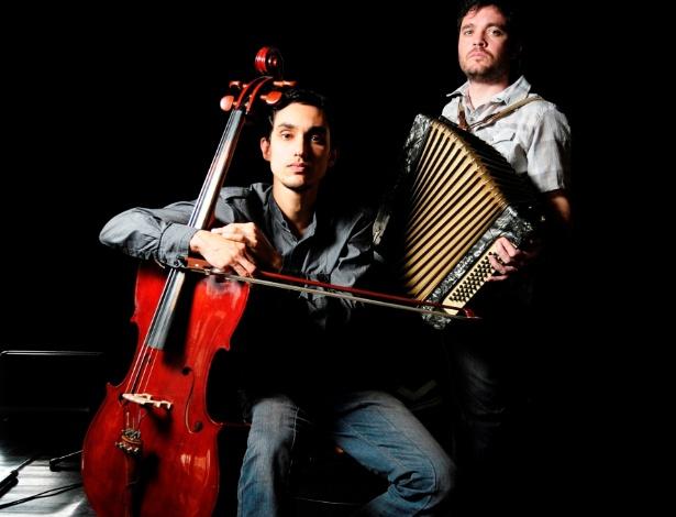 O duo Finlândia, composto pelo brasileiro Raphael Evangelista (no violoncelo) e o argentino Mauricio Candussi (no acordeão), faz um pocket show na Sensorial Discos, neste sábado (27), a partir das 17h, com ingressos a R$10. A apresentação faz uma fusão de ritmos sul-americanos com foco em sonoridades pouco conhecidas fora de seus países de origem, como o huayno, saya, baião, além dos tradicionais tango e bossa-nova. O duo já recebeu diversos prêmios, como o Hangar, como melhor duo instrumental brasileiro de 2011. A Sensorial Discos fica na rua augusta 2389, Jardins.