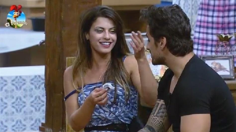 """26.set.2014 - Após a """"guerra de almofadas"""", Babi Rossi tira a maquiagem dos olhos de Léo Rodriguez na madrugada deste sábado, em """"A Fazenda 7"""""""