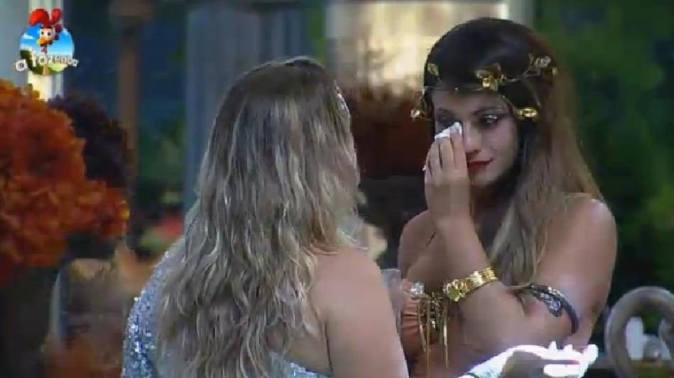 26.set.2014 - Babi Rossi chora de saudade da família e é amparada por Andreia Sorvetão na Festa Romana de