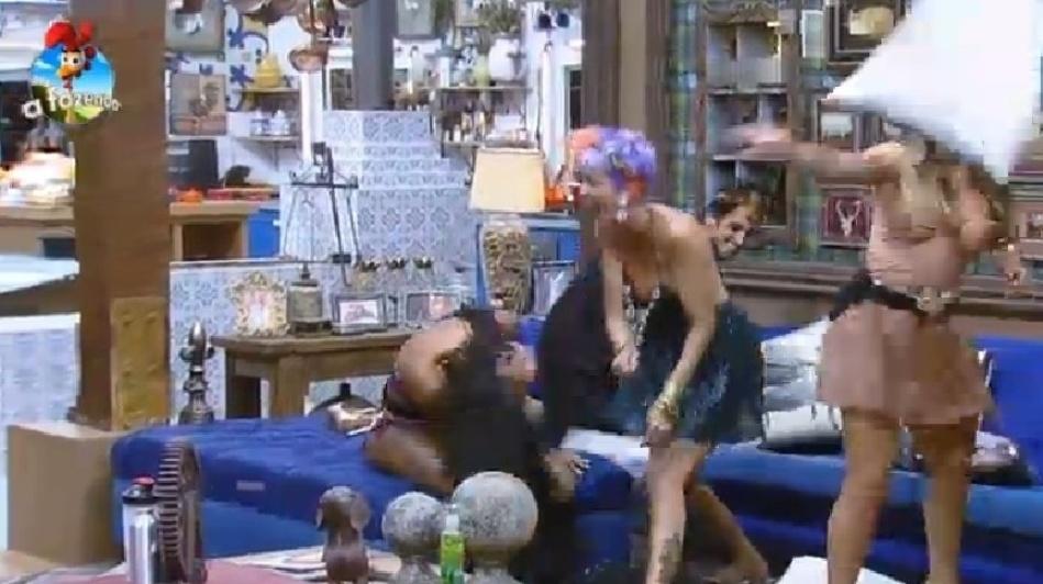 """26.set.2014 - Babi Rossi leva uma """"almofadada"""" no rosto durante a """"guerra de almofadas"""", na madrugada deste sábado, em """"A Fazenda 7"""""""