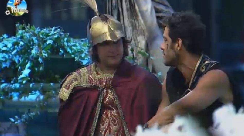 """26.set.2014 - Diego Cristo conversa com Roy Rossello em um canto da Festa Romana, em """"A Fazenda 7"""", na madrugada deste sábado"""