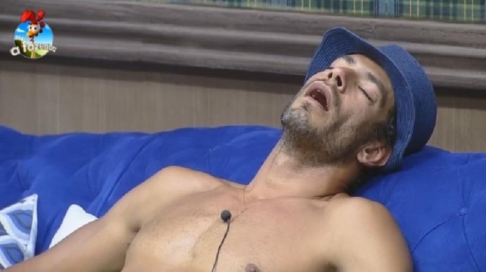 """26.set.2014 - Diego Cristo dorme de boca aberta na sala de """"A Fazenda 7"""", na madrugada deste sábado"""