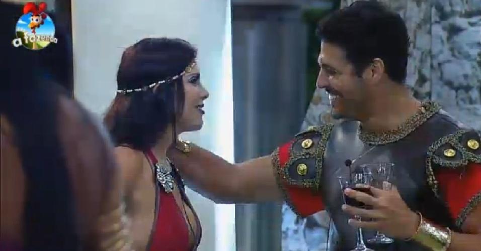 26.set.2014 - Marlos Cruz joga seu charme para Débora Lyra na segunda festa de