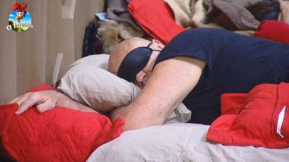 """26.set.2014 - Oscar Maroni dorme tranquilamente no quarto de """"A Fazenda 7"""", na madrugada deste sábado"""