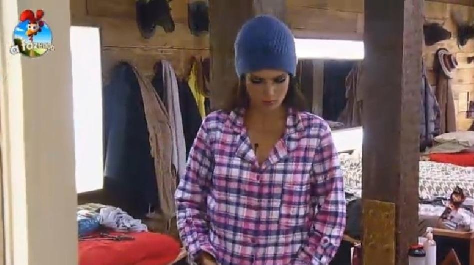 26.set.2014 - Por volta das 1h30, Débora Lyra se cansou da Festa Romana, tirou o figurino e já vestiu o pijama, em
