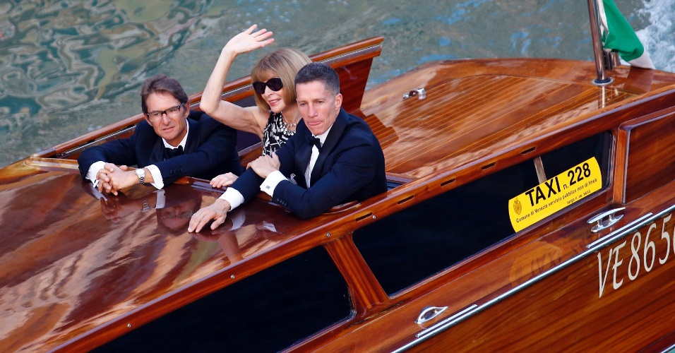 """27.set.2014 - A editora da revista """"Vogue"""" americana, Anna Wintour, vai de táxi aquático para a festa que antecede o casamento do ator George Clooney com a advogada Amal Alamuddin, em Veneza."""