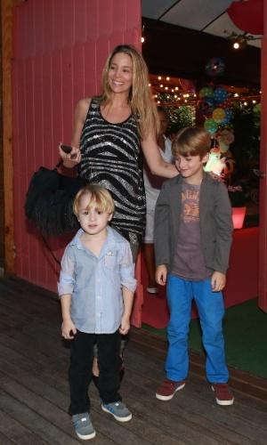 27.set.2014 - Danielle Winits com os filhos, Noah e Guy, no aniversário de Eva